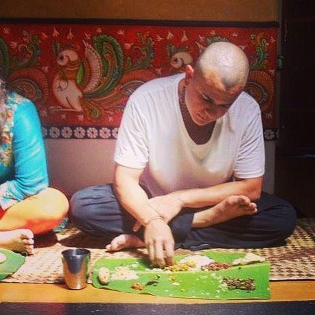 O prazer de comer com a mão aparece quando superamos o desconforto de descobrir a textura de cada prato! #jnanayatra  #vedantaonline  #jonasmasetti