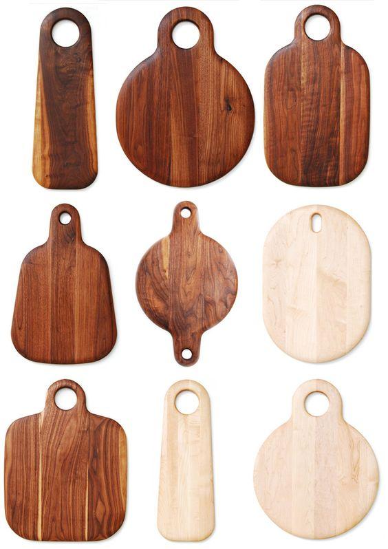 Las tablas de madera son mi objeto favorito de la temporada. Sirven para cortar, para ser usadas como individuales o bandejas y para armar picoteos rápidos (sin tener que lavar platos o bowls) . Le dejo una pequeña selección de fotos con diferentes maderas y formas de tablas. Tablas de sicómoro (parecido a la higuera) de Anthropologie Tabla de raulí de Los Gogo Tablas de [...]