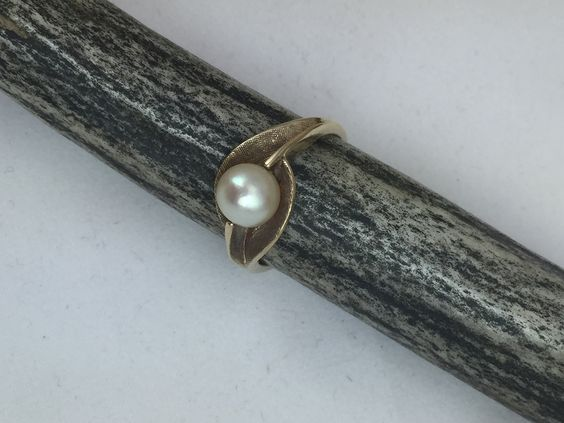 Estate Collection 10K Yellow Gold Single Cultured Pearl Ring