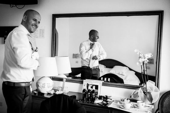 Sposarsi in Sardegna, lo sposo si prepara nella nostra camera superior - Ricevimento all'Hotel Gabbiano Azzurro, Golfo Aranci