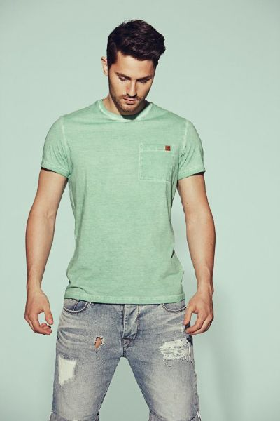 The CAPICE SS TEE has a rugged oil-wash look in a soft and comfy cotton fabric. With a tight neck line, details at the seams and pocket at front, emphasising the chest line.
