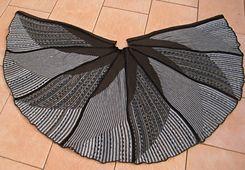 Windrad-Tuch Nr 2 ist im Vergleich zum ersten größer geworden, weil ich mit MW 10 getrickt habe und auch mehr Nadeln in Arbeit hatte. Außerdem ist es mit dem Einbett-Farbwechsler gearbeitet, hat 4 ...