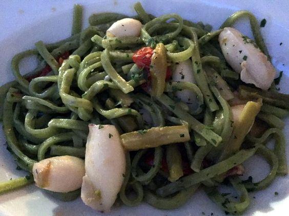 Pasta fresca com lula, aspargos, tomate e manjericão  - Gli Archi - Sperlonga #receitas #receitaitaliana #gastronomia #sperlonga #roma #frutosdomar #Espaguetecomfrutosdomar #GliArchi
