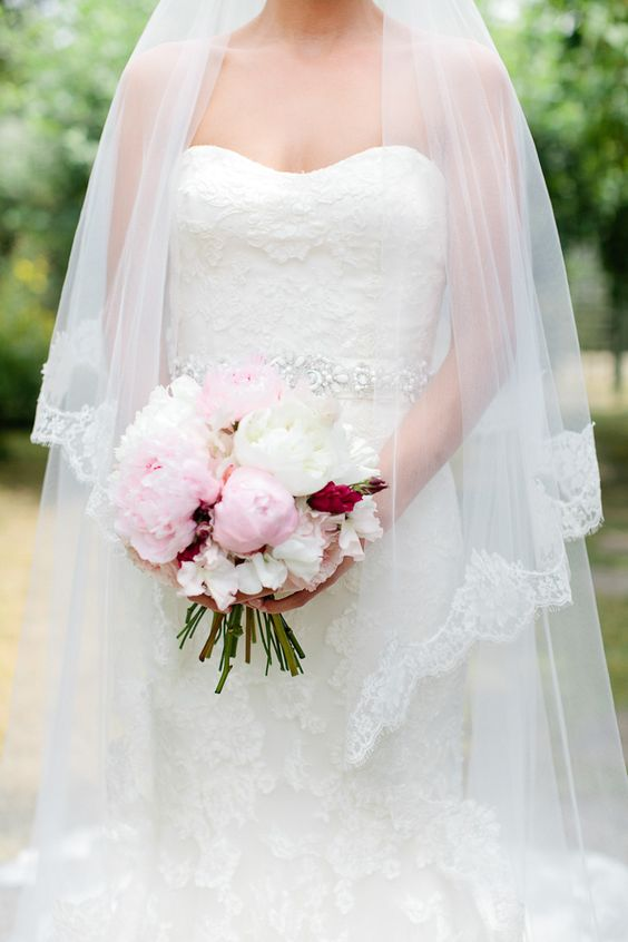 Superbe #robe-de-mariée# Pochettes de #mariage# chez www.cetaellecetalui.com
