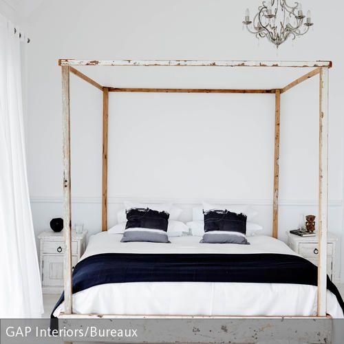 Durch das Himmelbett im Shabby Chic, die Bambusmatte und den bestickten Sitzpouf erhält man im Schlafzimmer ein leichtes Urlaubsfeeling. Die dunkelblaue  …