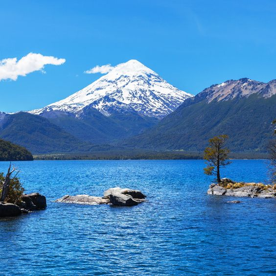 Situada a orillas del lago Lácar, dentro del Parque Nacional Lanín, San Martín…
