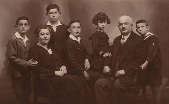 """Max Mannheimer (4.v.l.) als Junge im Kreise seiner Familie. Auf dem Foto (v.l.): Ernst, Mutter Margarethe, Erich, Max, Käthe, Vater Jakob und Edgar. Mannheimer wurde am 6. Februar 1920 in Neutitschein in Nordmähren geboren. Trotz des aufziehenden Antisemitismus verlebte Mannheimer eine, wie er sagt, unbeschwerte Kindheit. Nach eigenen Aussagen war er ein fauler Schüler und ein begeisterter Fußballspieler - ein """"Linksfuß"""", wie er im Interview verrät."""
