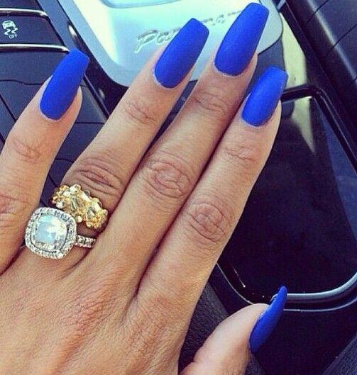 ongles en gel bleu electrique