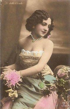 Agustina Otéro Iglesias Carasson, alias Caroline Otéro, dite La Belle Otéro, née à Ponte Valga en Galice (Espagne) (1868-1965), était une chanteuse et danseuse de cabaret et grande courtisane de la Belle Époque.: