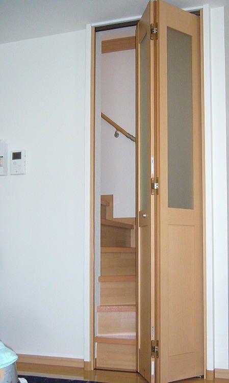 リビング階段に折れ戸の取付 リビング階段 扉 折れ戸 ドア 寒さ対策 暑さ対策 メリット 吹き抜け リフォーム 転落防止