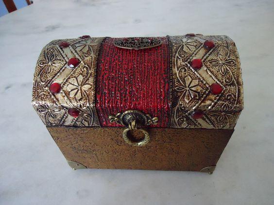 Bau pequeno com textura vermelha e dourada, com latonagem envelhecida e detalhes de meia pérola vermelha . www.elo7.com.br/esterartes