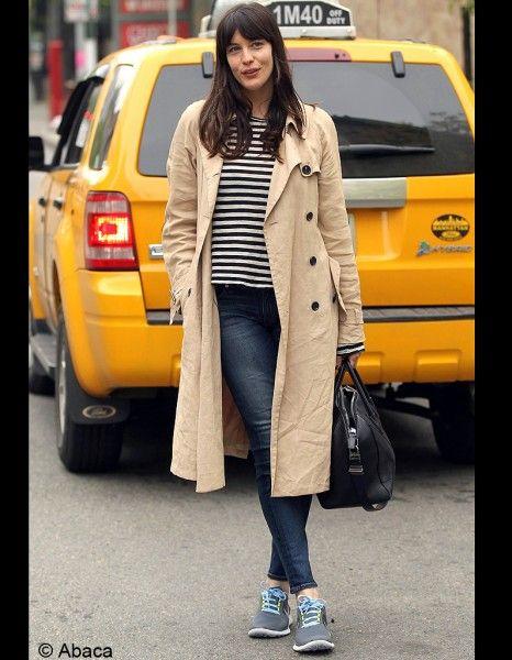 Liv Tyler en look urban city, trench, marinière et jean