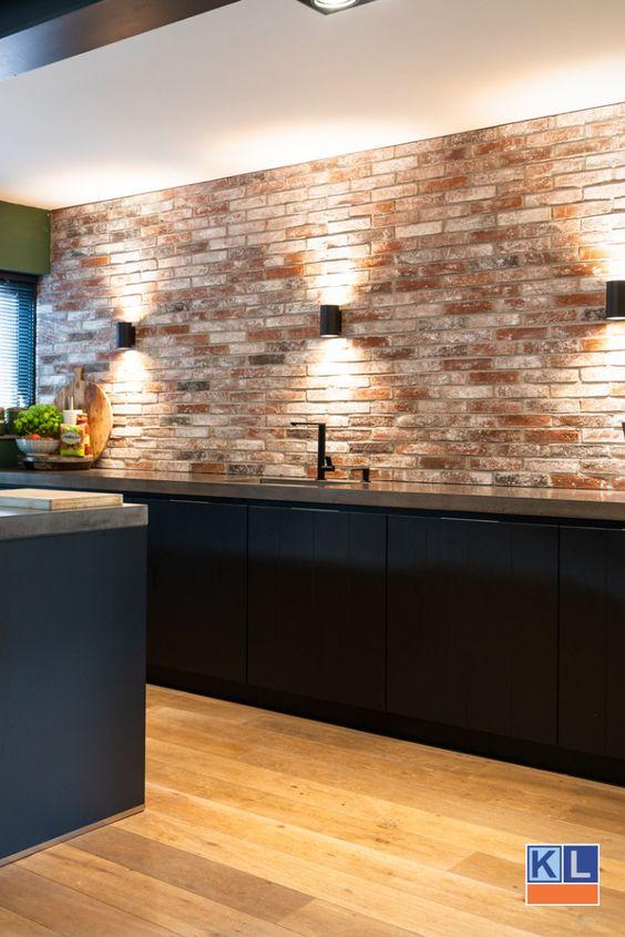 steenstrips of een stenen muur achter je keuken