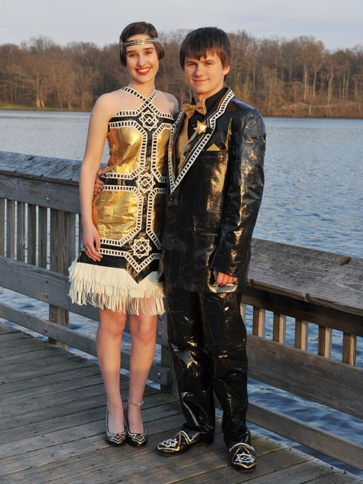 Des robes et costumes en ruban adhésif pour leurs bals de promo.