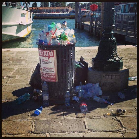 Cestino pieno di rifiuti (Riva degli Schiavoni)