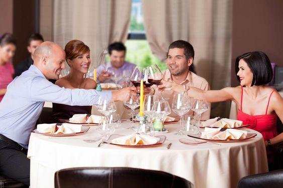 Zur Verlobungsfeier gibt's hier viele Tipps & Ideen: Wer wird zur Verlobungsfeier eingeladen? Wann/Wo soll sie stattfinden? Benötigt man Einladungen?