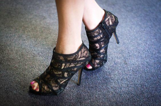 black lace peep toe