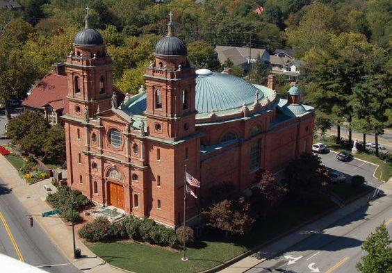 Guastavino está enterrado  en la cripta de la Basílica de San Lorenzo, Asheville, que diseñó en 1905.:
