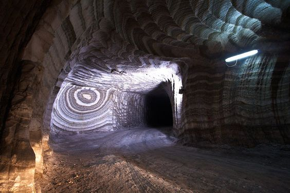 Il rosone. Foto scattata a 200 metri di profondità sotto il livello del mare nella miniera di sale di Realmonte