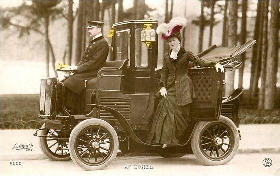 La comédienne très populaire Cécile Sorel (1873-1966) à bord d'un taxi parisien quelque peu bizarre mais luxueux quand même, vers 1905.  Paris d'antan, Facebook