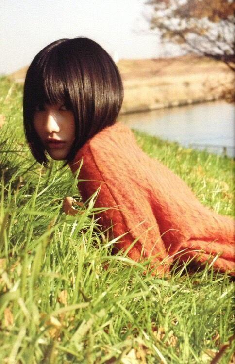 芝生にうつぶせになる橋本愛