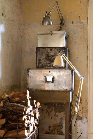Caisse en métal devant la cheminée - Vive le style brocante et récup' - CôtéMaison.fr