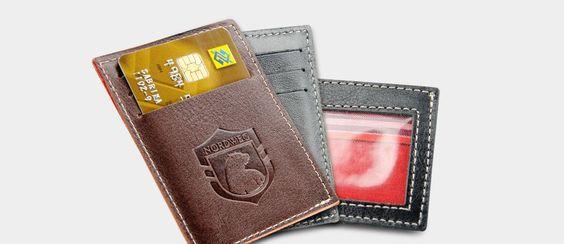Carteira compacta, com espaço para três cartões, dinheiro em espécie e CNH. E o preço está bem legal também.
