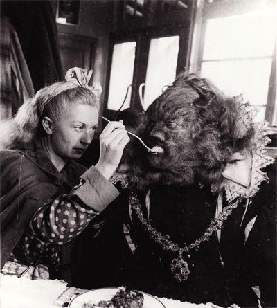 Le Festin de la Bête - Josette Day nourrit la Bête.