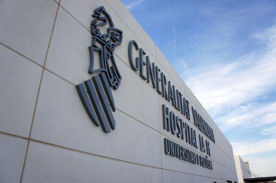 Hospital La Fe de Valencia. Señalización exterior. Rótulo letra corpórea efecto halo.