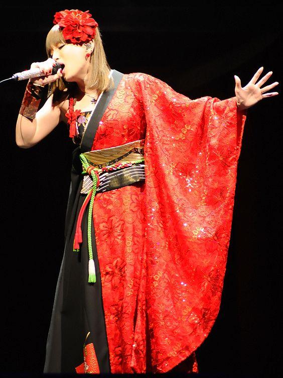 和装で歌う浜崎あゆみ