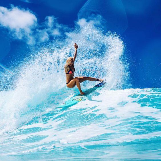 サーフィンを楽しむ女性サーファー