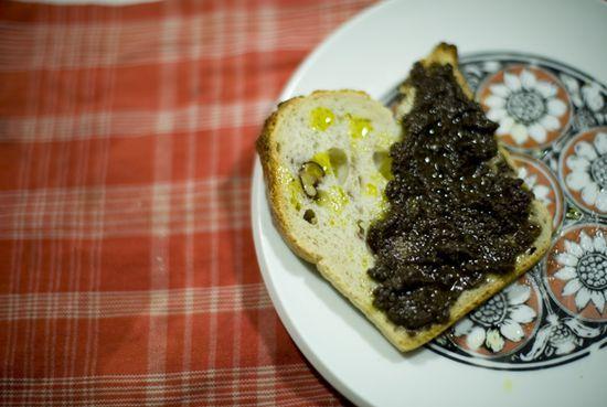 Tostaditas con paté de higos y aceitunas