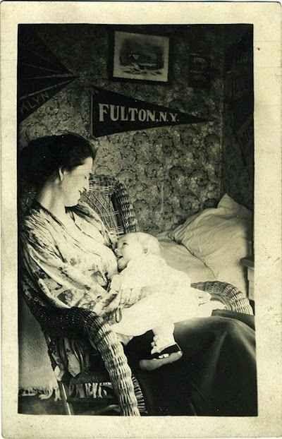 """Hi Mom!"" Vintage Postcard | 25 Historical Images That Normalize Breastfeeding"