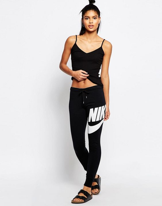 Image 1 - Nike - Rally - Pantalon de survêtement skinny à ourlets resserrés avec grand logo sur le devant et taille griffée