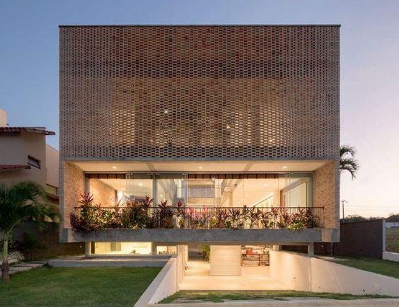 Projeto tira proveito do sol e do vento abundantes da região para criar residência em que variações de pés direitos e elementos vazados proporcionam o máximo de conforto ambiental | aU - Arquitetura e Urbanismo: