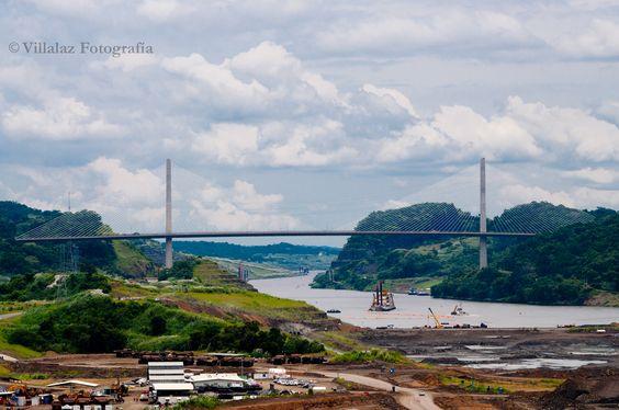 Puente Centenario, Visto desde Borinquen Road en la ribera del Canal de Panamá
