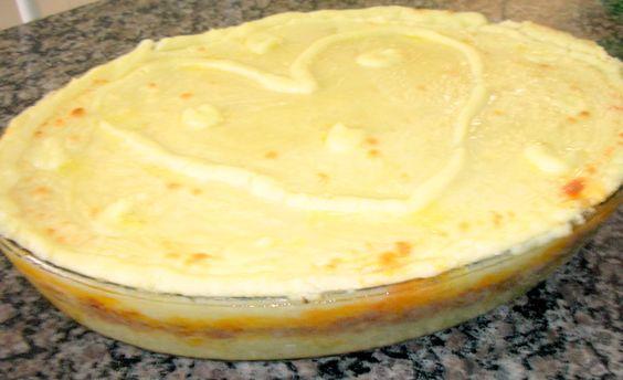 8 batatas grandes  - 800 g de carne moída  - 4 dentes de alho  - 4 cebolas médias  - 400g de mussarela  - 1 cubo de caldo de galinha  - 1 cubo de caldo de carne  - 1 copo de extrato de tomate Elefante de vidro (180g)  - 4 colheres sopa de trigo  - 2 colheres sopa de amido de milho  - 2 colheres sopa de margarina  - 1 ovo  - 250 g de catupiry opcional  - 1/4 copo de leite  - 1 colher sopa de fermento em pó  - Sal a gosto  -
