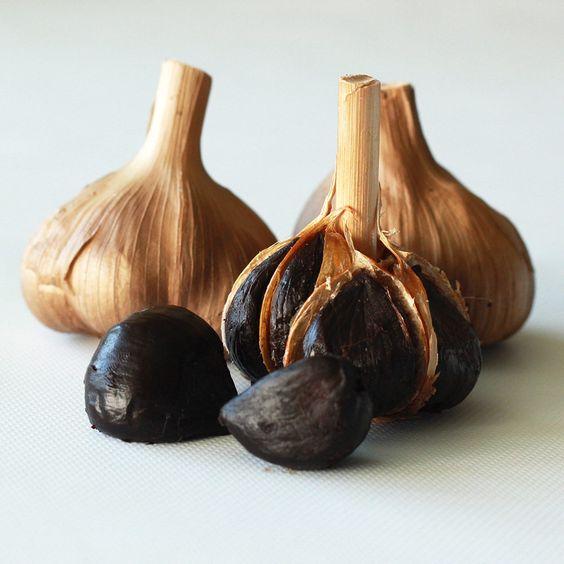 「黒にんにく」 原料のにんにくの品種は「福地ホワイト六片」。 長野県松本地域で収穫されています。 化学薬品を一切使用せず、玄米発酵液と遠赤外線を使用して加熱・熟成発酵しました。  一般的に「黒にんにく」には、健康食品として人気があり、免疫力の向上や老化防止などの効果があると言われています。 こちらの「黒にんにく」のポリフェノールは、生にんにくの10倍ほどにもなります。  味は少し苦みもありますが、甘みが増して柔らかく、生チョコのような食感がします。  にんにく特有の臭いは、熟成発酵することにより軽減されています。 僅かな臭いも、食後・30~90分ほどでほとんどなくなります。  一日に2~3片を目安にお召し上がりください。  信濃ノ國屋通販でも取り扱っております。是非ご利用ください。