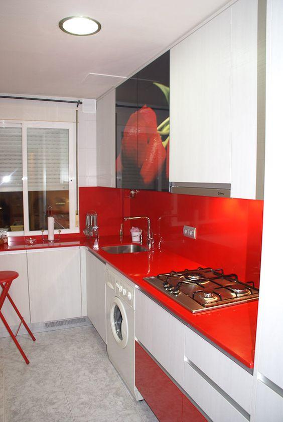 Acabado blanco brillo combinado con silestone rojo, cristalera impresa