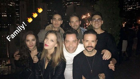 El equipo de #SraAcero3 celebrando los altos niveles de audiencia de la súper serie estelar de Telemundo.