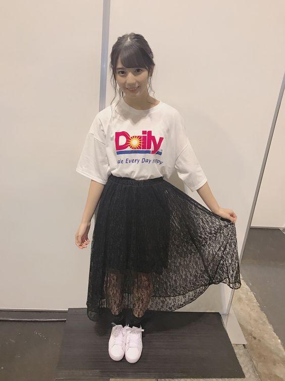 黒スカートの小坂菜緒