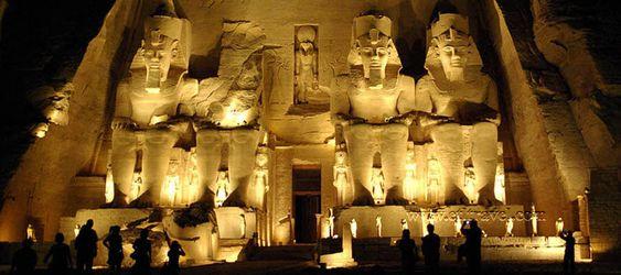 Luz y sonido en Abu Simbel, en su visita a los templos de Ramses II en Abu Simbel, pasar una noche en Abu Simbel para el espectaculo de luz y sonido en Abu Simbel desde Aswan #Aswan #Abu_Simbel #tours_desde_Asuan  http://www.maestroegypttours.com/sp/Excursi%C3%B3nes-en-Egipto/Asa%C3%BAn-Excursiones
