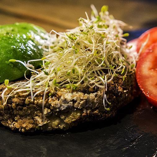 Hamburguesa Vegetariana en Barcelona.  Una combinación sabrosa, saludable y muy nutritiva, qué más podemos pedir... Aporta gran vitalidad tanto física como psíquica.  http://www.onfan.com/es/especialidades/barcelona/wokimarket/hamburguesa-vegetariana?utm_source=pinterest&utm_medium=web&utm_campaign=referal
