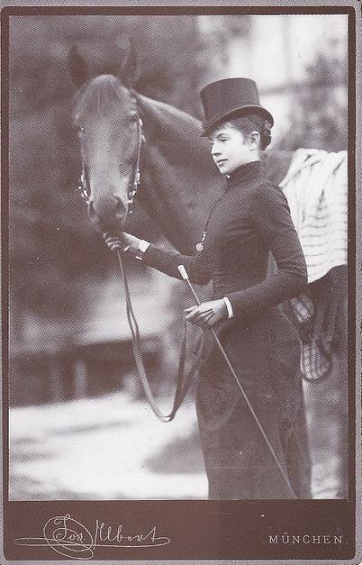 Archiduquesa Gisela de Austria - la hija mayor de la emperatriz Elisabeth y Francisco José I de Austria. En traje de equitación.