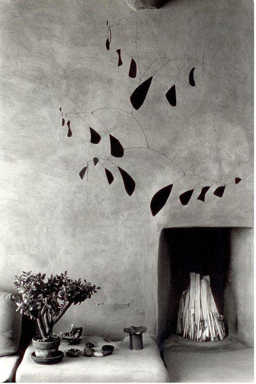 Myron Wood (1921-1999) : móvil de Alexander Calder   La casa de Georgia O'Keeffe en Abiquiu , Nuevo México, 1980 ( a través de )