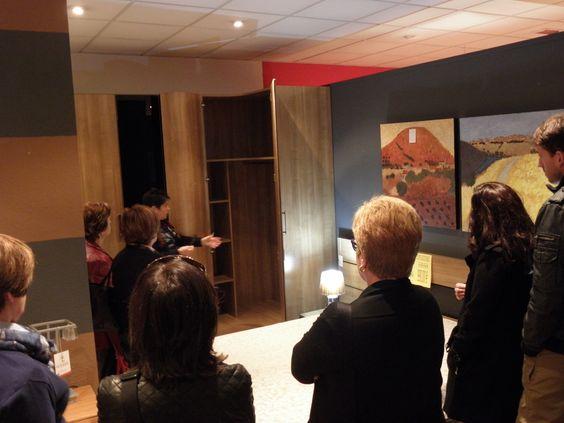 En el taller de organización de armarios dando trucos y consejos para la decoración y organización del hogar
