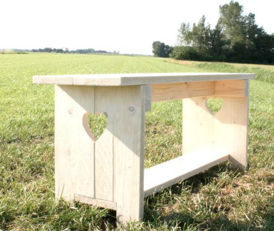 Een als boerenbankje uitgevoerde tuinbank, gemaakt van nieuw steigerhout. Extra niveau tussen poten. Diverse varianten mogelijk.