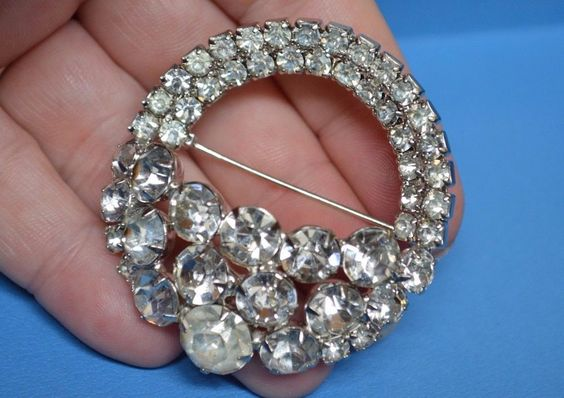 VINTAGE Large WEISS Crystal Rhinestone 2D Brooch Pin Scarf Shawl Vogue Jewelry