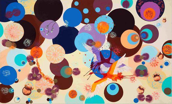 A artista brasileira Graziela Pinto inspira-se com pássaros, animais, flores, frutas e texturas que interagem com dezenas de bolas, sua marca registrada.