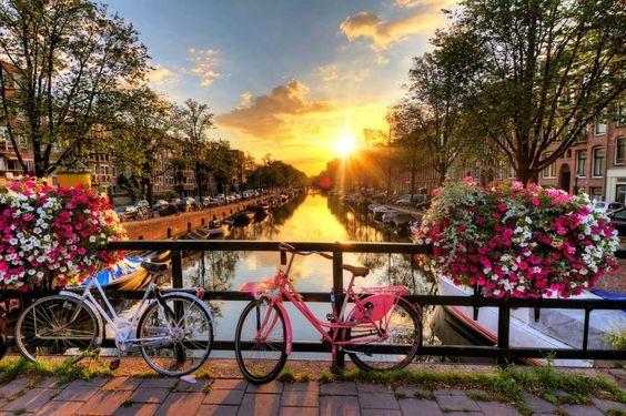 Amsterdam  Conhecido em todo o mundo por seu estilo de vida liberal. Amsterdam é um lugar incrível para ser explorado sozinho. Os canais, a cultura única e vida noturna da cidade são ótimas opções para você se descobrir. Alugar uma bicicleta e fazer um passeio por essa cidade mágica é uma ótima diversão!
